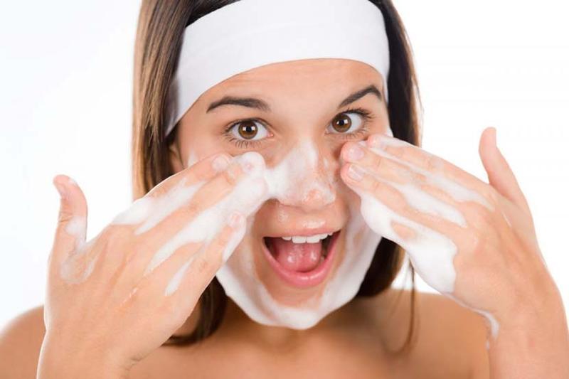 Thói quen rửa mặt bằng nước nóng gây hại cho da