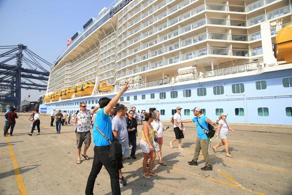 Du thuyền 5 sao hiện đại nhất thế giới Quantum of the Seas mang theo hơn 6.700 du khách và thuyền viên đã cập cảng Phú Mỹ (TP.HCM) - Ảnh: H.A