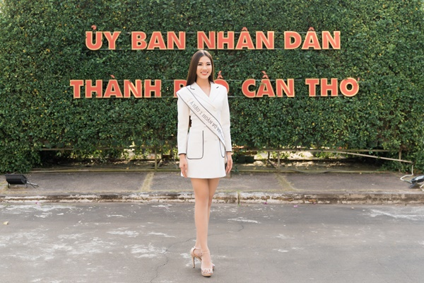 A hau Kim Duyen tham Uy ban nhan dan thanh pho Can Tho_Hoa hau Hoan vu Viet Nam 2019 (15)