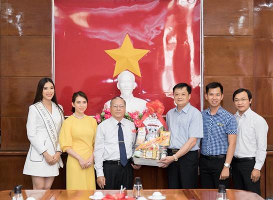 A hau Kim Duyen tham Uy ban nhan dan thanh pho Can Tho_Hoa hau Hoan vu Viet Nam 2019 (2)