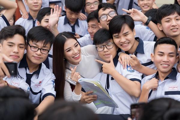 A hau Kim Duyen ve tham truong THPT Phan Ngoc Hien (86)