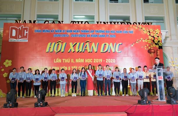 A hau Kim Duyen ve truong Dai Hoc Nam Can Tho (86)