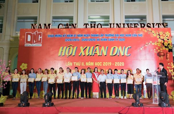 A hau Kim Duyen ve truong Dai Hoc Nam Can Tho (94)