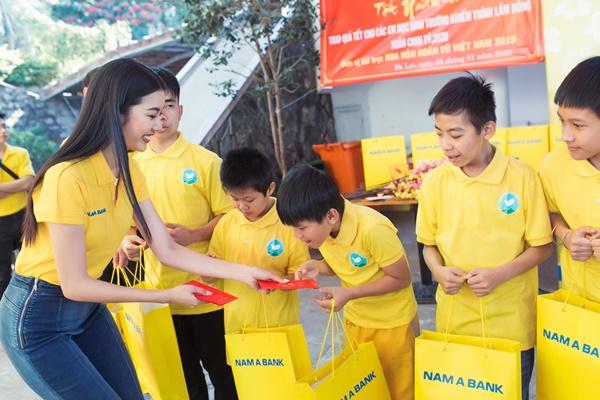 Den tham hoc sinh truong khiem thinh Lam Dong_Hoa hau Hoan vu Viet Nam 2019 (116)