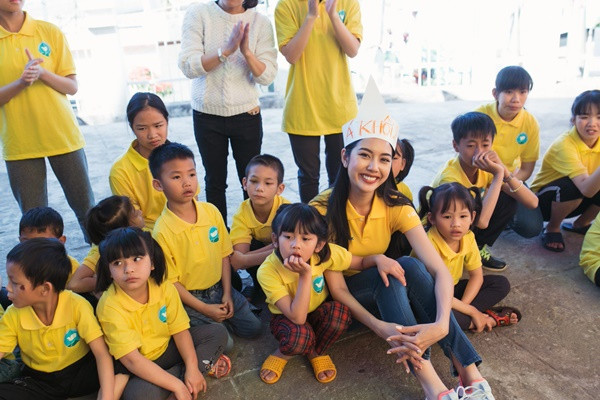 Den tham hoc sinh truong khiem thinh Lam Dong_Hoa hau Hoan vu Viet Nam 2019 (12)