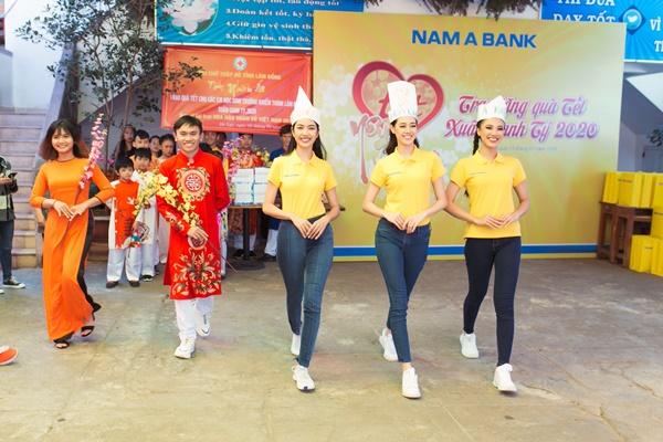 Den tham hoc sinh truong khiem thinh Lam Dong_Hoa hau Hoan vu Viet Nam 2019 (2)