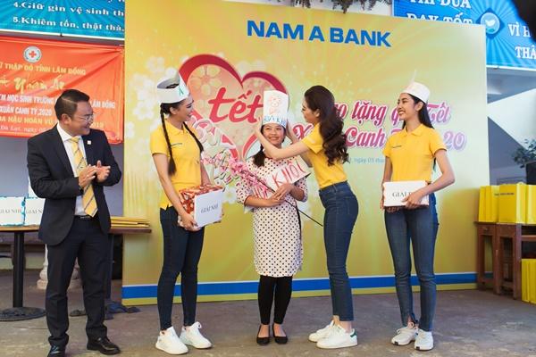 Den tham hoc sinh truong khiem thinh Lam Dong_Hoa hau Hoan vu Viet Nam 2019 (20)