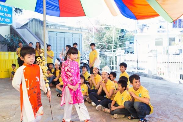 Den tham hoc sinh truong khiem thinh Lam Dong_Hoa hau Hoan vu Viet Nam 2019 (4)