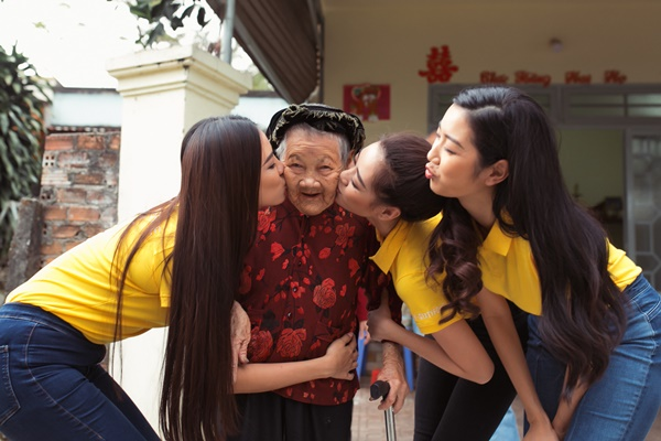 Hoat dong thien nguyen tham ba me Viet Nam anh hung_Hoa hau Hoan vu Viet Nam 2019 (32)