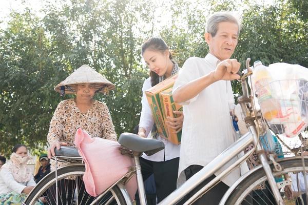 Hoat dong trao qua tai xa Dinh Mon huyen Thoi Lai_A hau Kim Duyen_Hoa hau Hoan vu Viet Nam 2019 (1)