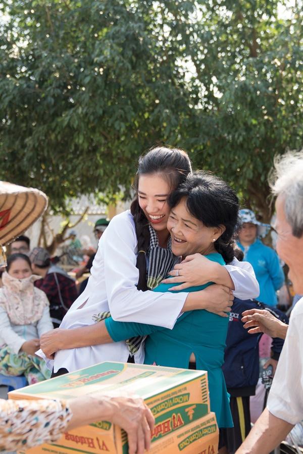 Hoat dong trao qua tai xa Dinh Mon huyen Thoi Lai_A hau Kim Duyen_Hoa hau Hoan vu Viet Nam 2019 (3)