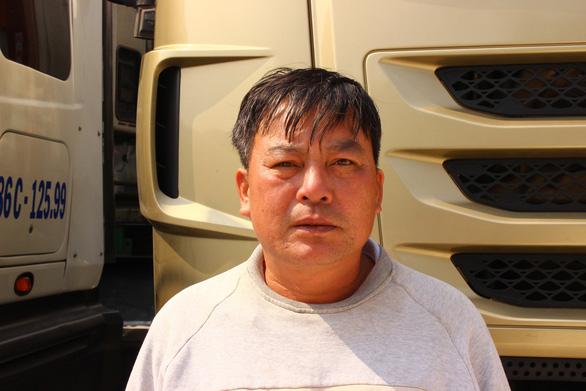 Ông Nguyễn Văn Tuấn, một chủ xe đang nằm chờ tại cửa khẩu Tân Thanh - Ảnh: B.NGỌC
