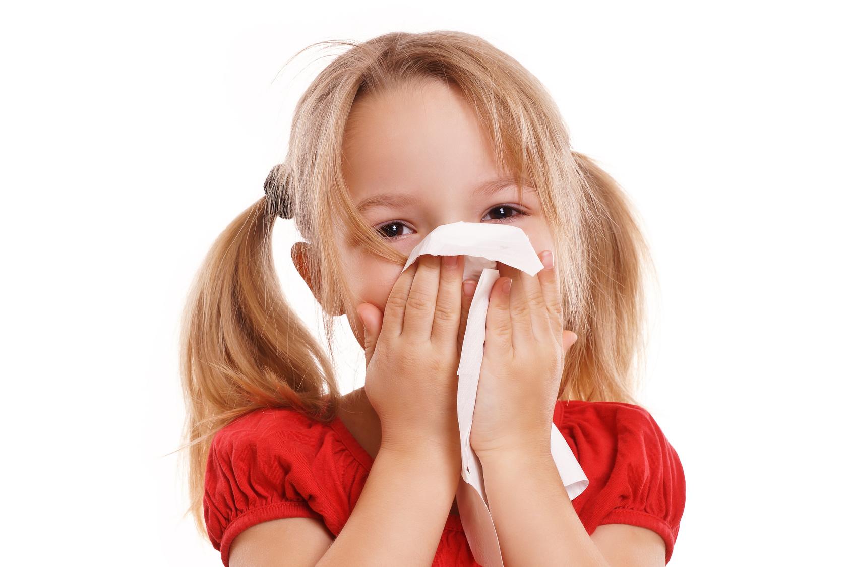 Kleines hbsches Mdchen putzt ihre Nase