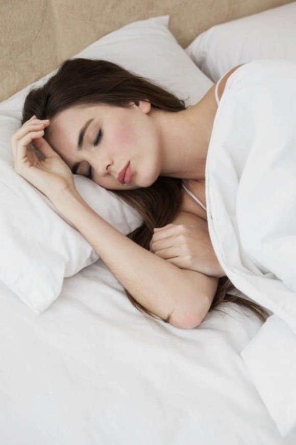 1.Nên buộc tóc hay thả tóc khi đi ngủ Nhiều người làm sai mà không hề biết3