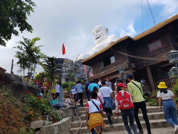 Dù đang có dịch nhưng lượng khách tham quan khu du lịch Núi Cấm (An Giang) vẫn đông - Ảnh: BỬU ĐẤU
