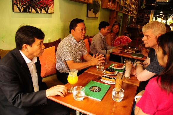 Chủ tịch UBND tỉnh Quảng Nam (thứ hai từ trái qua) ngồi uống cà phê với nhóm khách châu Âu tại Hội An - Ảnh: B.D.