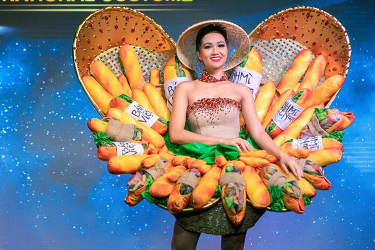 """""""Hoa hậu quốc dân"""" H'Hen Niê thể hiện tình yêu bánh mì bằng cách chia sẻ lại hình ảnh mặc trang phục dân tộc Bánh mì đã dự Miss Universe 2018."""