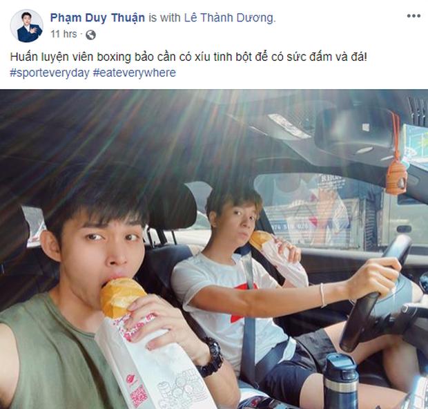 Jun Phạm và Ngô Kiến Hy chia sẻ hình ảnh cùng ăn bánh mì trong oto