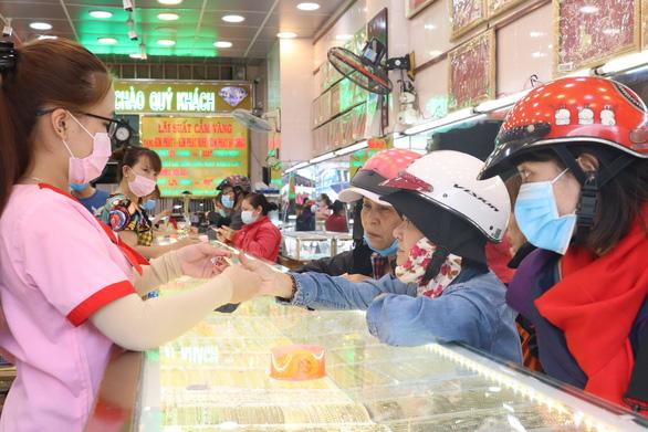 Người dân mua vàng vía Thần tài sáng 2-2 tại chợ Bà Chiểu, Q.Bình Thạnh, TP.HCM - Ảnh: KHÁNH TRẦN