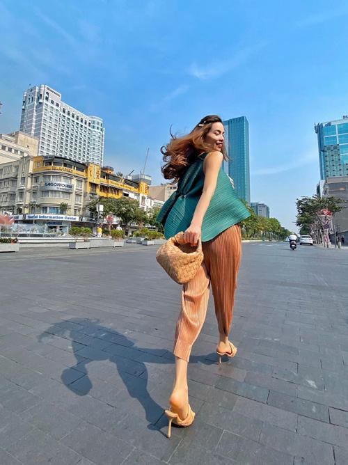 24.Phối phụ kiện mùa hè như sao Việt