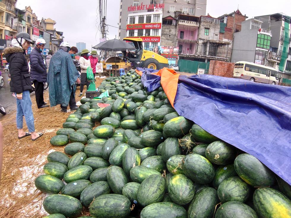 Hàng trăm quả dưa hấu dự kiến xuất sang Trung Quốc quay về bán chạy trên đường Đại La (Q.Hai Bà Trưng, Hà Nội) - Ảnh: NAM TRẦN