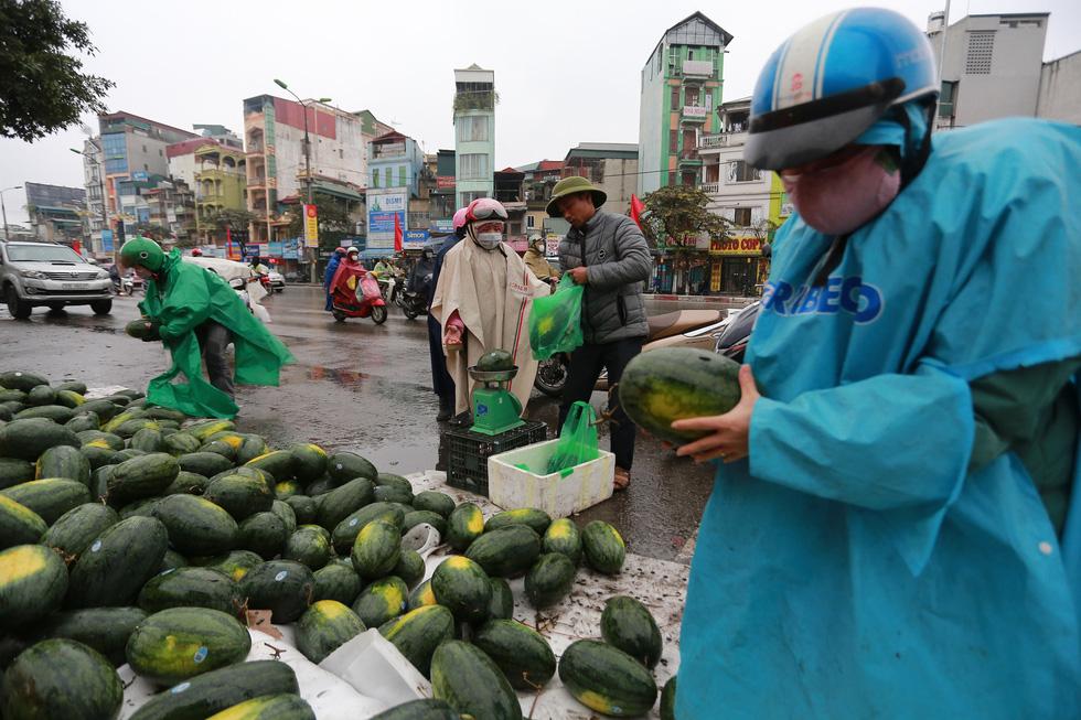 Nhiều người dân khi biết dưa hấu bị tắc ở cửa khẩu nên phải quay về Hà Nội bán nên đã mua ủng hộ - Ảnh: NAM TRẦN