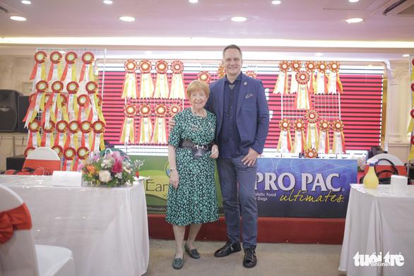 Bà Anneliese Hackman và ông Albert Kurkowshi - chủ tịch & phó chủ tịch WCF, giám khảo chính của show - Ảnh: MAI THƯƠNG