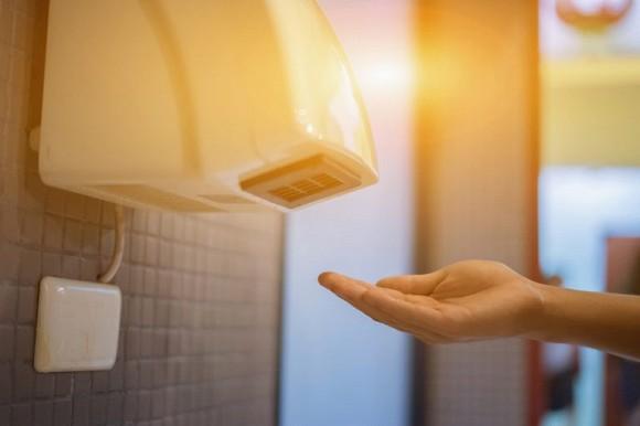 Các nghiên cứu đã tìm thấy rằng: Máy sấy tay không khí nóng sẽ hấp thụ vi trùng xung quanh phòng tắm và thổi lại vi trùng. Do đó, máy sấy tay chứa rất nhiều vi khuẩn và cũng lây lan vi trùng vào không khí.