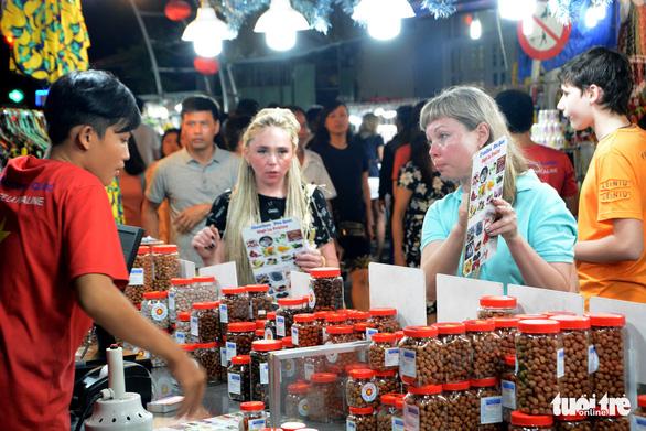 Du khách tham quan chợ đêm Dương Đông, Phú Quốc - Ảnh: K.NAM