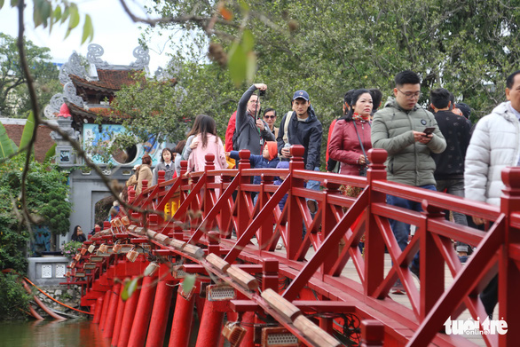 Du khách tới tham quan phố đi bộ Hồ Gươm, Hà Nội ngày cuối tuần - Ảnh: HIẾU THƯƠNG
