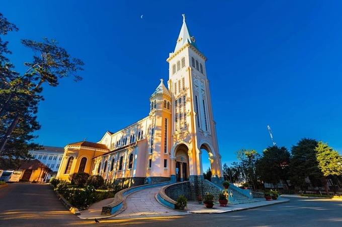 9.Nhà thờ cổ nơi tổ chức hôn lễ của Tóc Tiên1