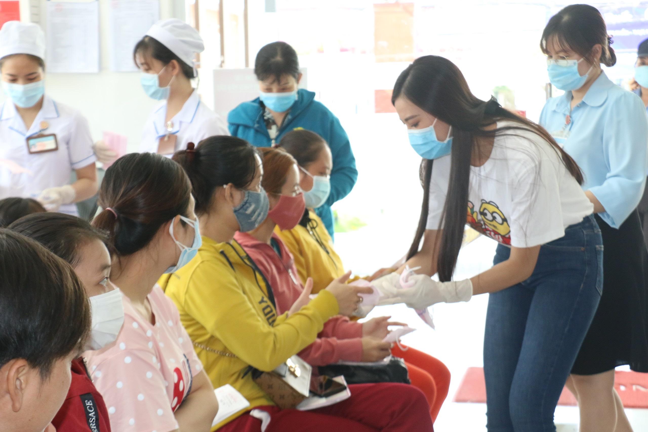 A Hau Kim Duyen phat khau trang (2)