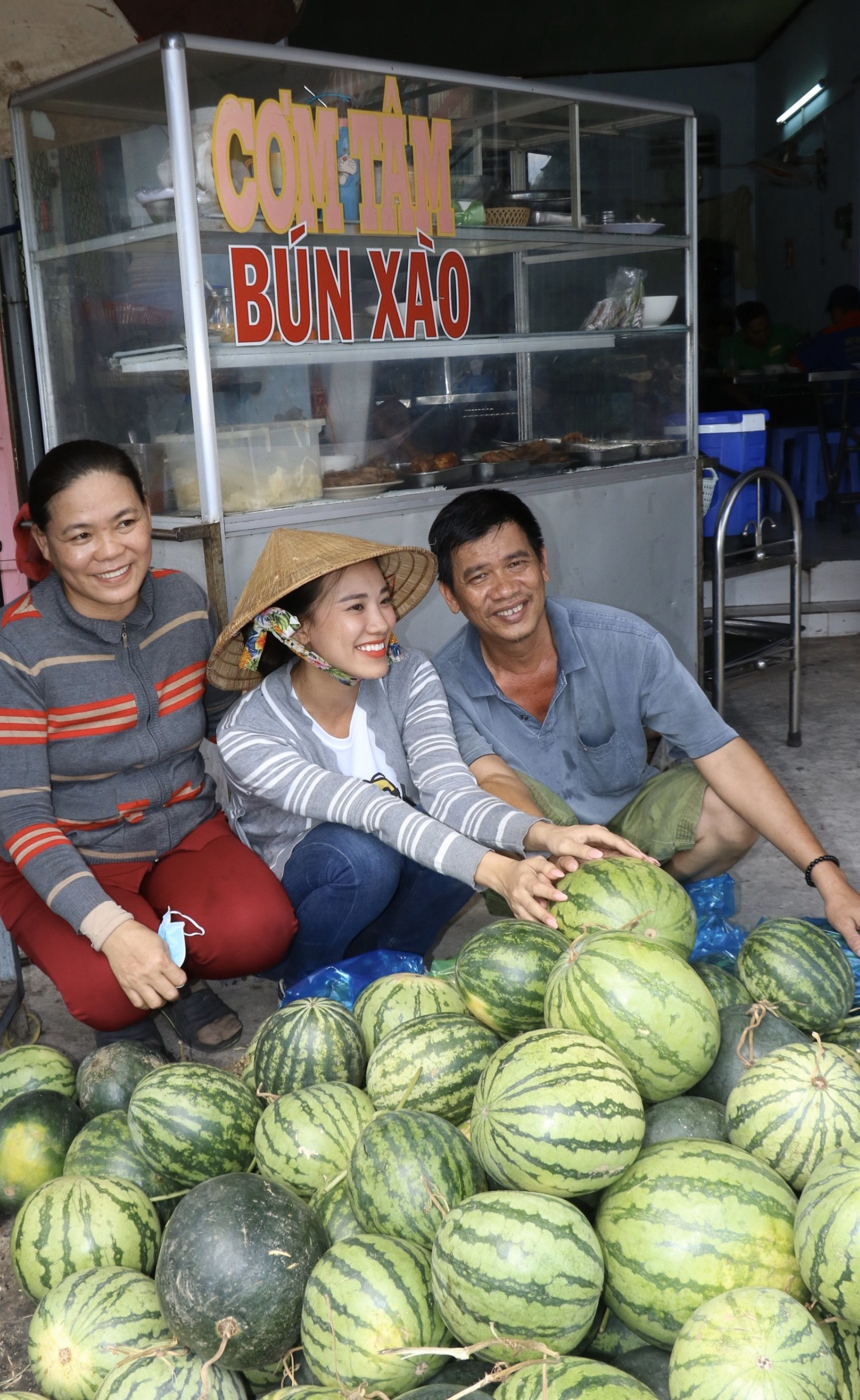 A hau Kim Duyen tang dua hau  (2)