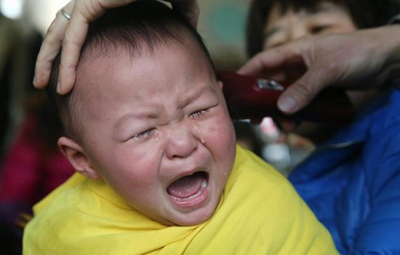 Làm sao để trẻ không khóc và sợ khi cắt tóc1