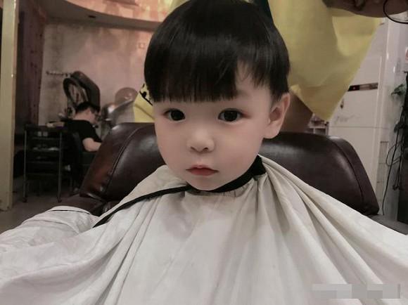 Làm sao để trẻ không khóc và sợ khi cắt tóc3