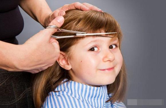 Làm sao để trẻ không khóc và sợ khi cắt tóc5