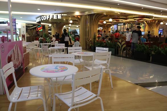Cửa hàng trong Landmark (TP.HCM) vắng hoe khách hàng - Ảnh: NGỌC PHƯỢNG
