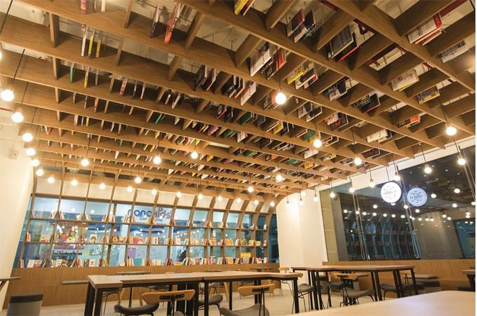 Khách hàng có thể tới quán để làm việc, đọc sách, chụp ảnh check-in trong không gian trang nhã. Ảnh: Work café.