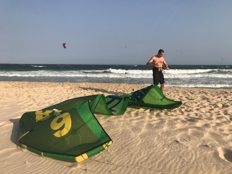 Chủ nhật 15-3 là ngày nắng đẹp và có gió mạnh rất sớm, nên những du khách Nga cũng đã có mặt từ sớm để chuyển bị diều lướt ván - Ảnh: SƠN LÂM