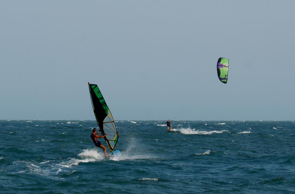 Trên lướt ván diều lượn, dưới lướt ván buồm là một trong những hình ảnh đặc trưng của biển Mũi Né - Ảnh: SƠN LÂM