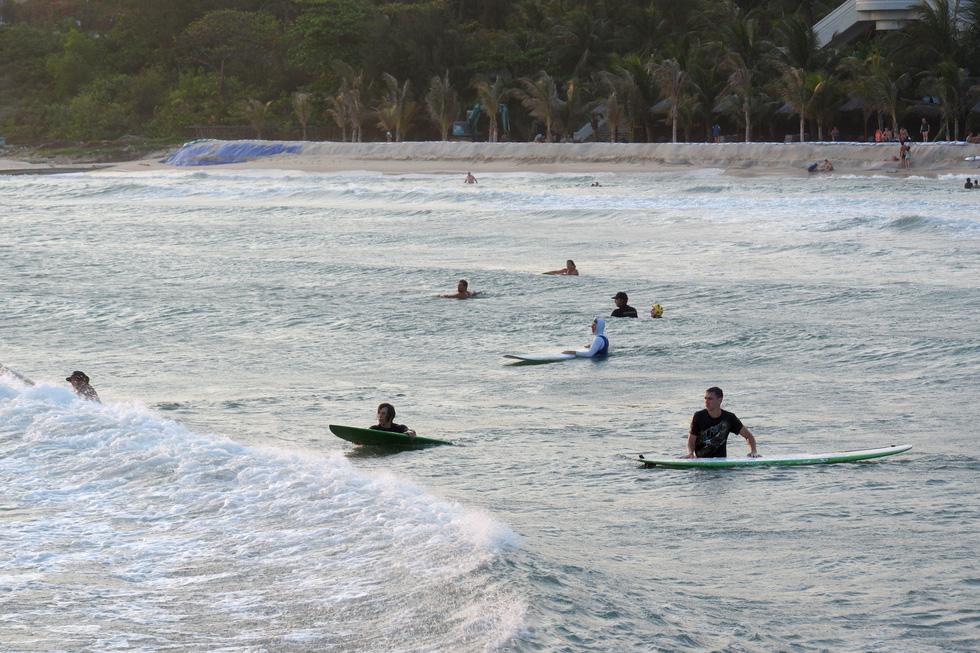 Trong khi đó ở một eo biển khác, nơi có bờ kè chắn tạo sóng trên bãi cạn lại là điểm yêu thích của những người lướt ván