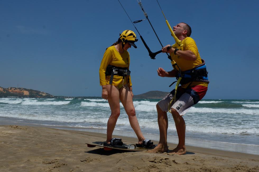 Một huấn luyện viên dạy lướt ván diều lúc 12h trên bãi biển - Ảnh: SƠN LÂM