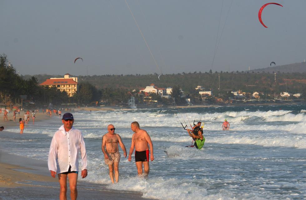 Từ sáng cho đến khoảng 15h, hầu như trên bãi biển chỉ có du khách Nga. Khách Nga luôn chiếm số đông trong lượng khách đổ về du lịch tại Mũi Né hằng năm