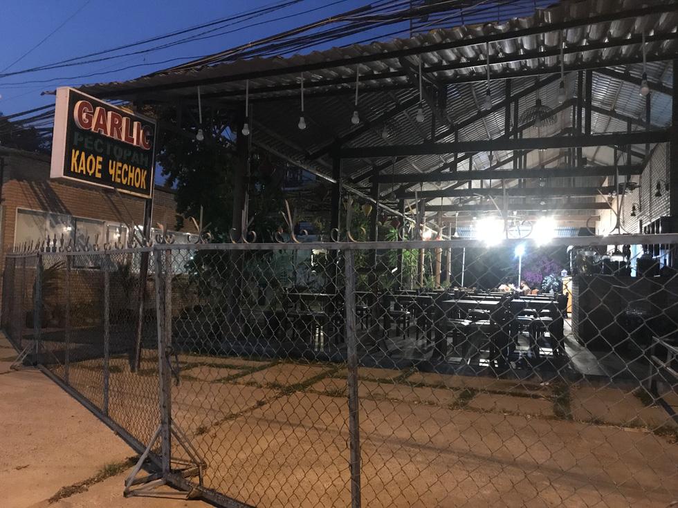 """Nhiều quán ở Mũi Né đóng cửa khiến đường phố Mũi Né vốn """"lung linh"""" từ khu vực lầu Ông Hoàng ra đến trung tâm phường Mũi Né nay đã có nhiều đoạn u tối, buồn bã - Ảnh: SƠN LÂM"""