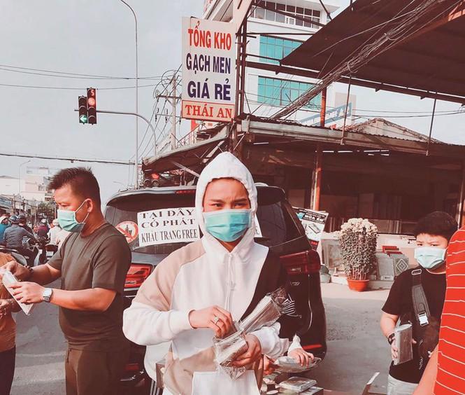 Ca sĩ Khắc Việt, vợ chồng Giang Hồng Ngọc phát khẩu trang miễn phí cho người dân