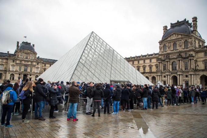 Khách xếp hàng dài phía trước bảo tàng Louvre sáng 2/3 vì không biết thông tin đóng cửa. Ảnh: EPA