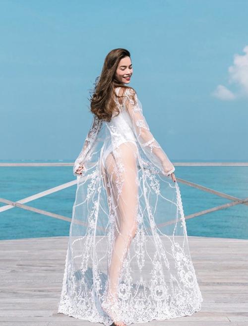 Áo tắm một mảnh cũng là trang phục được Hồ Ngọc Hà yêu thích. Cô chọn đồ bơi trắng mix cùng áo choàng ren tiệp màu để khoe dáng khi đi nghỉ tại Maldives.