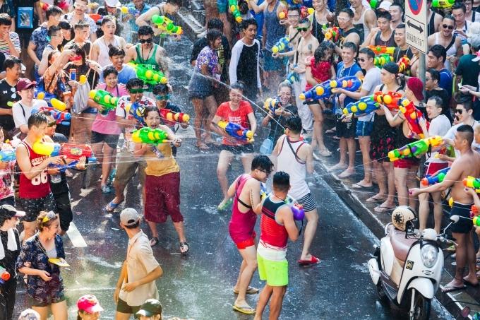 Cuộc chiến súng nước trong lễ hội Songkran ở Silom, Bangkok. Ảnh Shutterstock