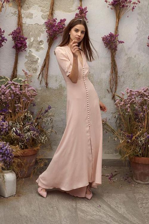 Không có độ óng ả như lụa tơ tằm nhưng chiffon lụa lại là trang phục dễ đưa vào dòng thời trang ứng dụng.