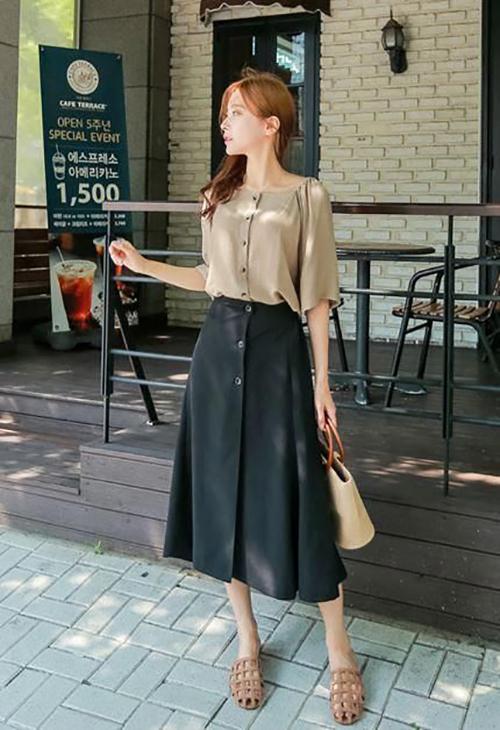 Bên cạnh dòng sản phẩm cotton 100%, các thương hiệu còn giới thiệu nhiều mẫu áo cotton lụa phù hợp với các bạn gái chuộng phong cách 'bánh bèo'.